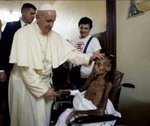 foto: Impactante foto del Papa en un hospital africano