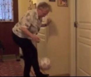 foto: Abuela de 90 años demuestra asombrosa habilidad con el balón
