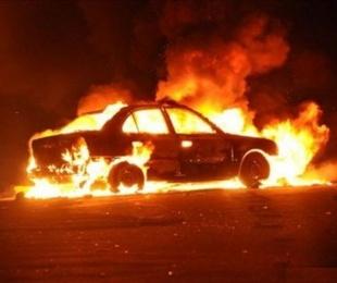foto: Se incendió un automóvil luego de chocar contra poste