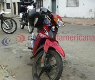foto: Remisero hizo caer a una motociclista y se dio a la fuga