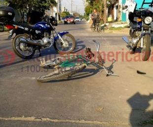 foto: Moto chocó a un ciclista y terminó dándose a la fuga