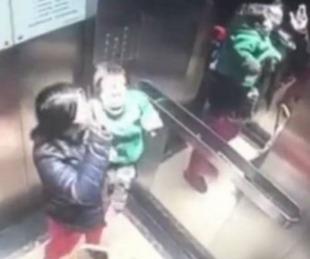 foto: Arrestan a niñera por golpear brutalmente a un chico en un ascensor