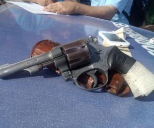 foto: Detuvieron a dos hombres que paseaban con un arma de fuego