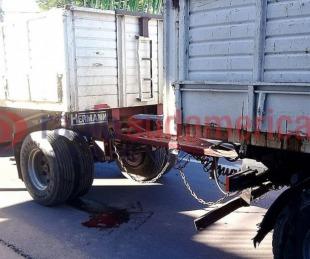 Se resistió a un robo y el ladrón la tiró debajo de un camión