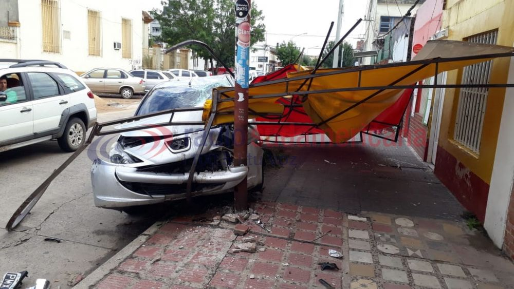 foto: Conductor alcoholizado chocó una columna y derribó un techo