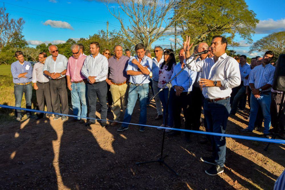 foto: Valdés entregó viviendas e inauguró el enripiado de la RP 115