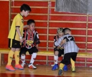 foto: Salieron campeones y fueron a consolar a sus rivales que lloraban
