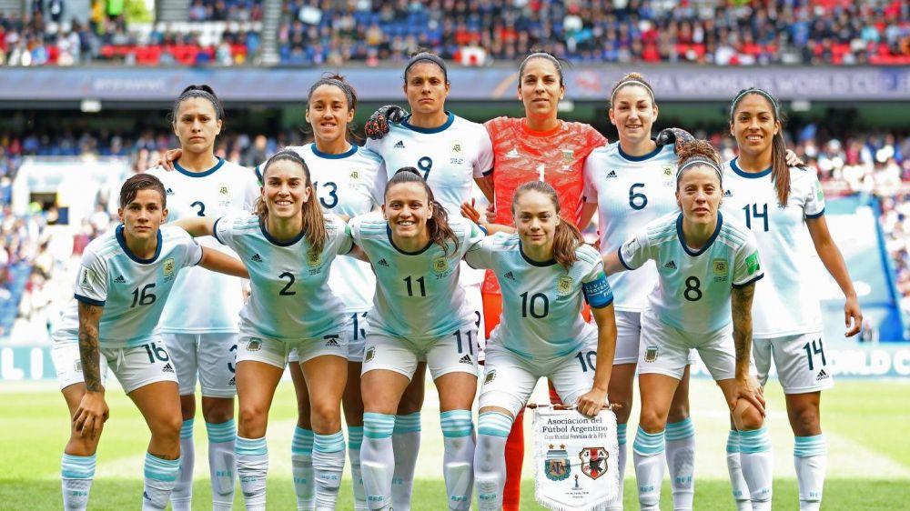 foto: La emoción de las futbolistas argentinas durante el himno nacional