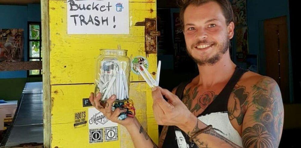 foto: Regala marihuana a quienes lo ayuden a limpiar una playa