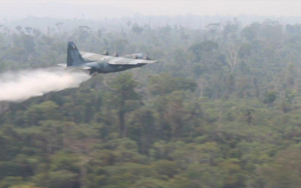 Resultado de imagen para aviones Hércules C-130 arrojaron miles de litros de agua para contener las llamas,