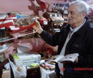 foto: Jubilado vende juguetes hechos con latas para comprar insulina