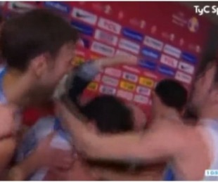 foto: El descontrolado festejo de la selección de básquet