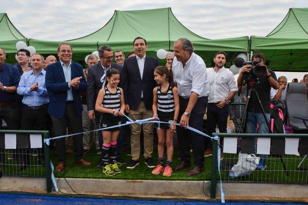 foto: Valdés y Tassano inauguran cancha de césped sintético en Aranduroga