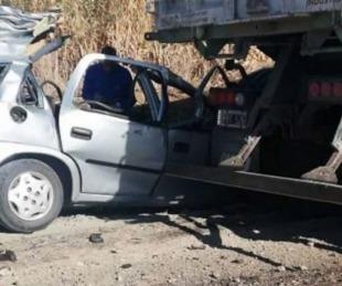 foto: VIDEO: Cinco jóvenes murieron tras un choque entre un auto y un camión