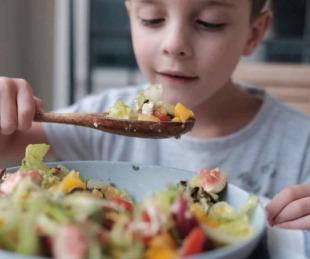 foto: Por qué no se recomienda que niños y adolescentes sean veganos