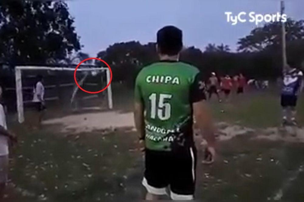 foto: Insólito gol de penal en un partido de fútbol de la Liga Itateña