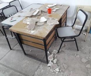 foto: se desprendió el techo de un aula durante una clase y cayó sobre una docente