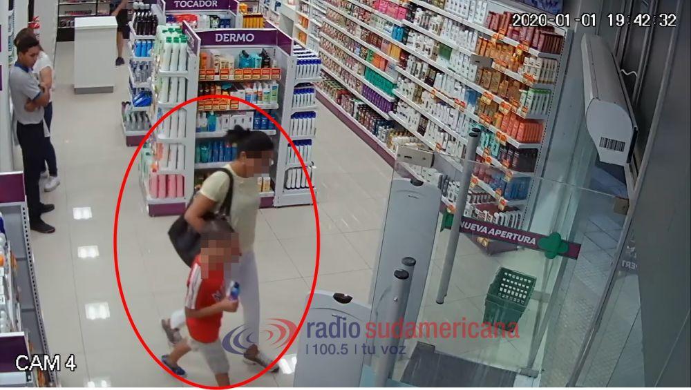foto: Mechera fue captada robando en una farmacia acompañada de su hijo