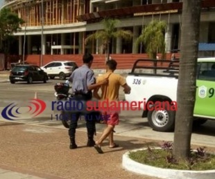 foto: Violento golpeó a su pareja en plena playa Arazaty