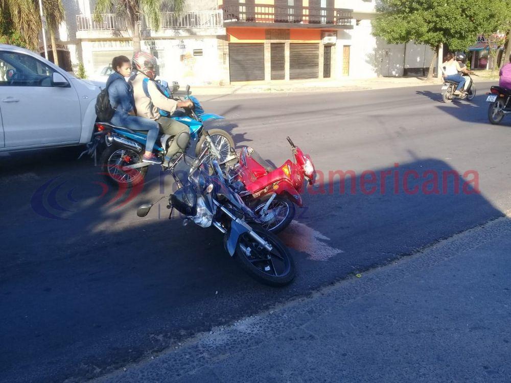 foto: Dos motociclistas chocaron por mirar lo que dejó otro siniestro vial