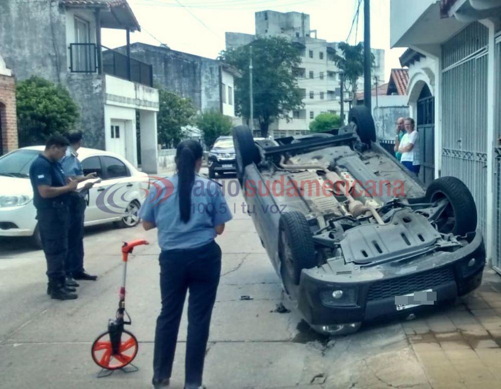 foto: Esquivó una moto, chocó un auto estacionado y terminó volcando