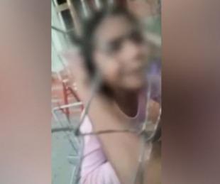 foto: Nena desesperada por escapar de los golpes de su madre