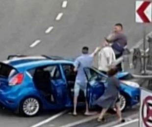foto: Chocaron en la autopista y arrojaron un arma y una bolsa