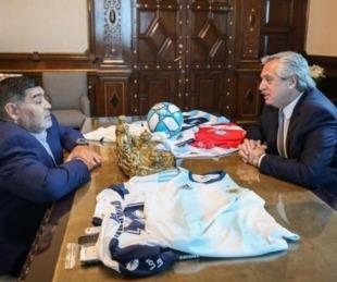foto: Maradona visitó a Fernández y saludó desde el balcón de Casa Rosada