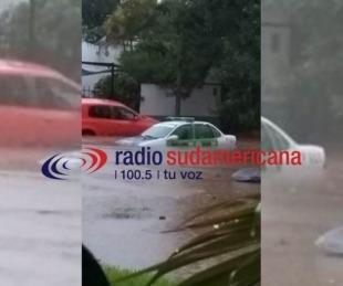 foto: Un móvil policial terminó tapado por el agua tras las fuertes lluvias