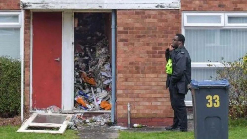 foto: Acumulador apareció muerto bajo montañas de basura en su casa
