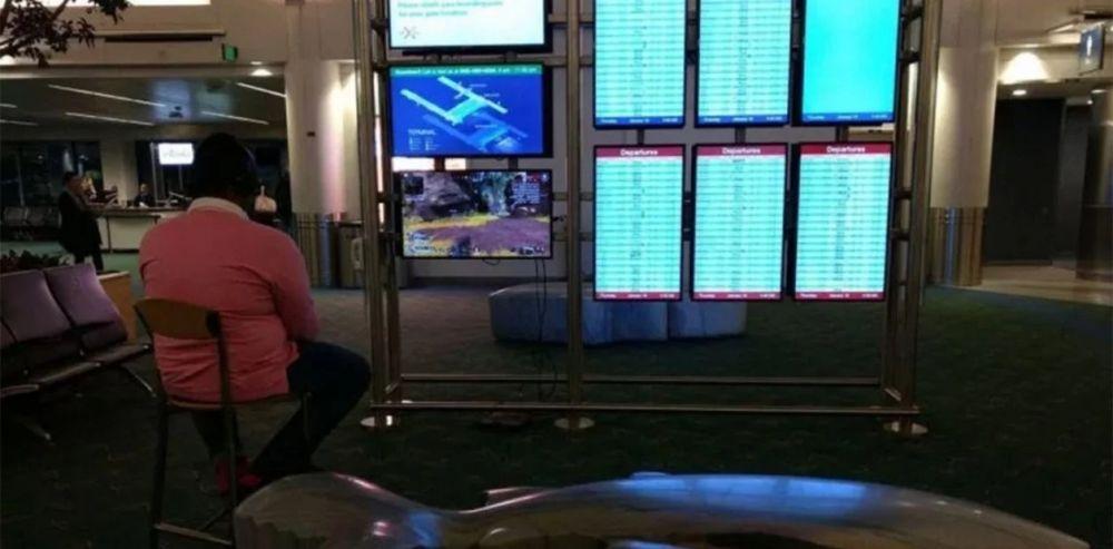 Sacó su PlayStation, la conectó a un monitor del aeropuerto y se puso a jugar