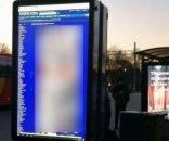 foto: En lugar de los horarios del tren, difundieron imágenes pornográficas