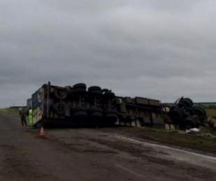 foto: Camión volcó sobre Ruta Nº 14: el chofer debió ser hospitalizado