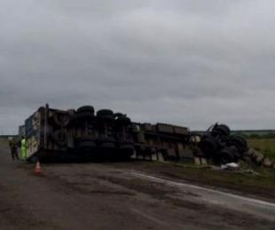 foto: Sigue grave el conductor del camión que volcó sobre Ruta Nacional 14
