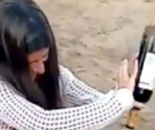 foto: Furor por el método de una joven para abrir un vino sin sacacorcho