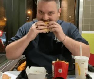 foto: Enterró una hamburguesa y la comió un año después