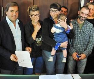 foto: Tucumán: jueza autorizó que una nena tenga una mamá y dos papás