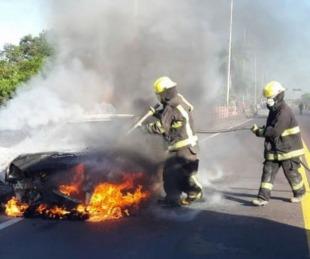 foto: Un auto se prendió fuego en la zona del peaje Chaco Corrientes