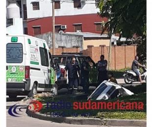foto: Un automóvil cayó a una zanja en el barrio Jardín