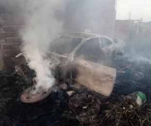 foto: Por incendio de pastizales, autos y una lancha fueron destruidos