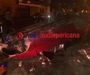 foto: Conducía ebrio, volcó el auto y destrozó parte de la plazoleta Belgrano