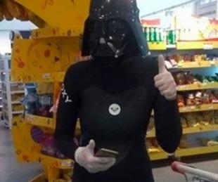 foto: Se disfrazó de Darth Vader para ir de compras en la cuarentena