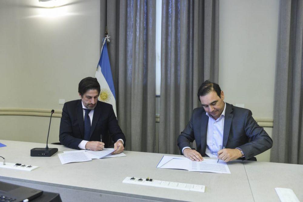 foto: Valdés firmó convenio para que alumnos reciban netbooks y tablets