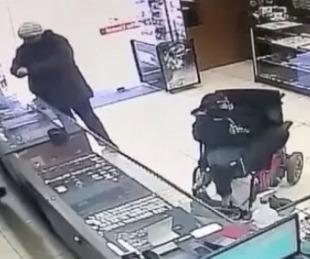 foto: Ladrón sin brazos asaltó joyería con un arma sujetada con sus pies