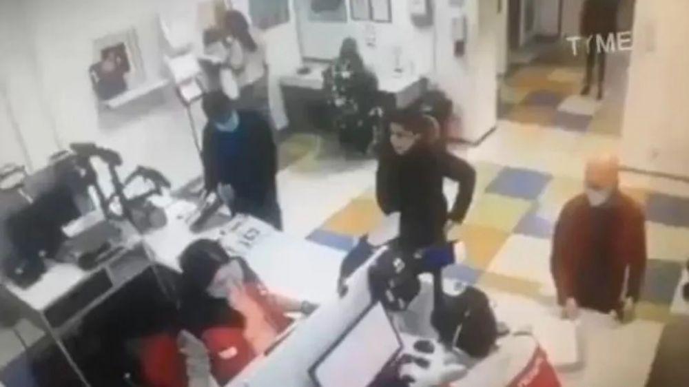 foto: Fue al trabajo sin barbijo, no la dejaban entrar y usó su ropa interior como tapaboca