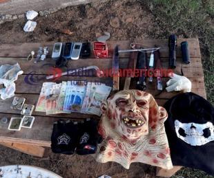 foto: Mocoretá: hallaron dinero, armas y máscaras con las que atacaban