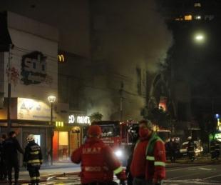 foto: Villa Crespo: dos bomberos murieron tras fuerte explosión en una perfumería