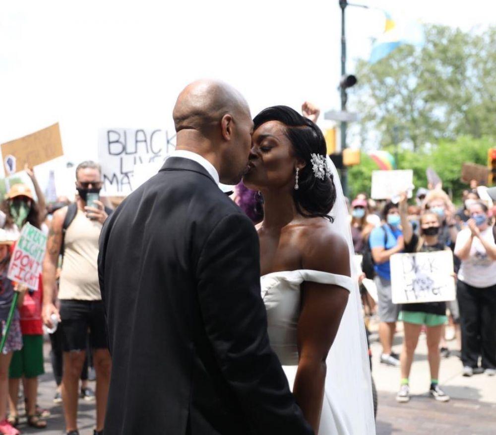 foto: Recién casados se unen a la manifestación contra el racismo
