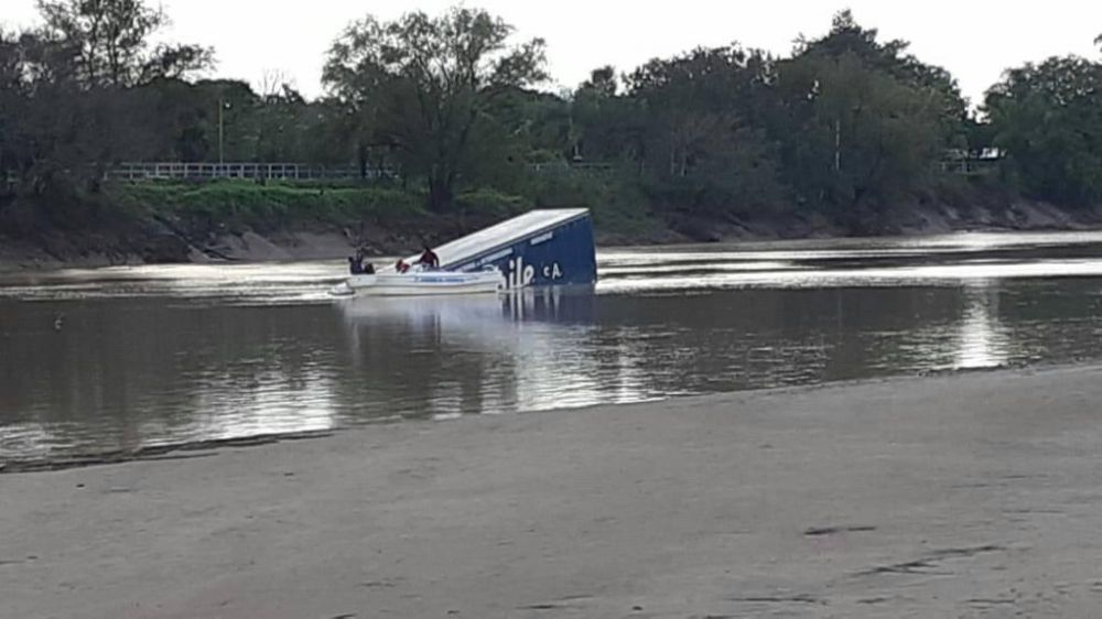 foto: Un camión cayó al Río Bermejo entre Chaco y Formosa