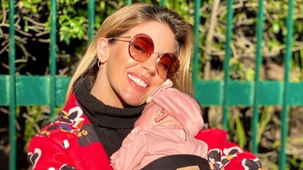 Virginia Gallardo le respondió al verdulero que la criticó por tener a su hija a upa